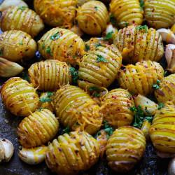 Zemiaky s bylinkovým maslom
